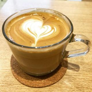 本格的なカフェラテ - KIELO COFFEE
